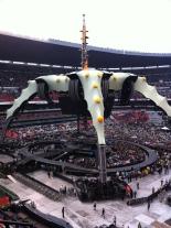 """En un Estadio Azteca lleno de 93 mil personas, el grupo irlandés U2 recorrió su historia en dos horas y media; como escenario una """"máquina del tiempo"""" que sí funcionó"""