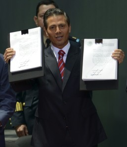 Peña Nieto muestra sus tablas de la ley neoliberal